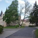Eine weitere Sehenswürdigkeit ist das im Renaissancestil erbaute Schloss mit seinen altertümlichen Ecktürmen inmitten eines großen Parks. Der Familie von Bodenhausen – ein altes Adelsgeschlecht – gehörte dieses Schloss von 1665 bis 1946. Alte Grabp